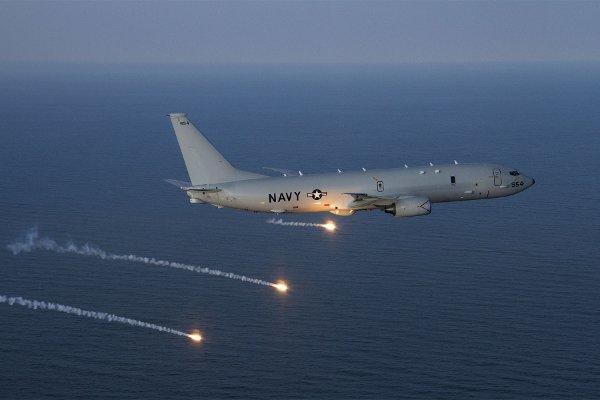 A P-8A Poseidon aircraft completes a flare launch during a countermeasures test over the Atlantic Test Range. (US Navy photo/Liz Goettee)