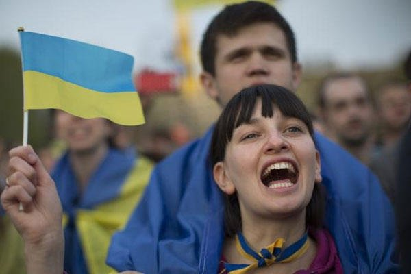 Ukrainians with the national flag gather in support of a united Ukraine in Donetsk, Ukraine, Thursday, April 17, 2014. (AP Photo/Alexander Zemlianichenko)