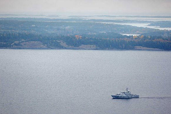 Swedish Navy minesweeper HMS Kullen patrols in the Stockholm Archipelago, Sweden, on Oct. 19, 2014, searching for evidence of a suspected undersea Russian intrusion. (AP Photo / TT News Agency / Marko Saavala)