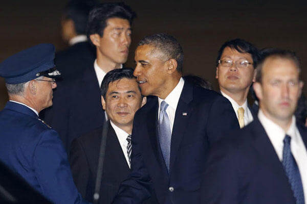 U.S. President Barack Obama is greeted by an unidentified official upon his arrival at Haneda International Airport in Tokyo, Wednesday, April 23, 2014. (AP Photo/Shizuo Kambayashi)