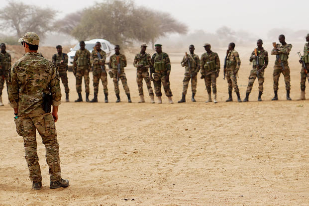 ea6566d0 A U.S. Army Special Forces weapons sergeant speaks to a group of Nigerien  soldiers during Exercise